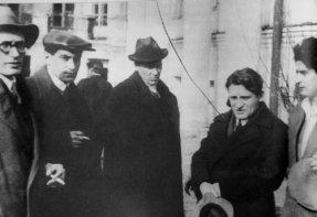 pogrzeb-majakowskiego-od-lewej-fainzinberg-katajew-bulhakow-olesza-utkin